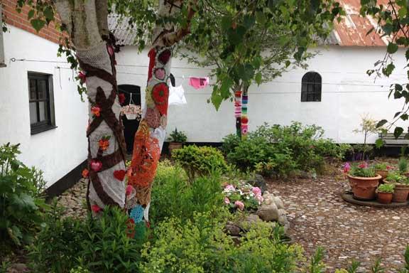 mitkrearum.dk kreativitet 100 yarnbombing på Højgården alle fire træer i indergården
