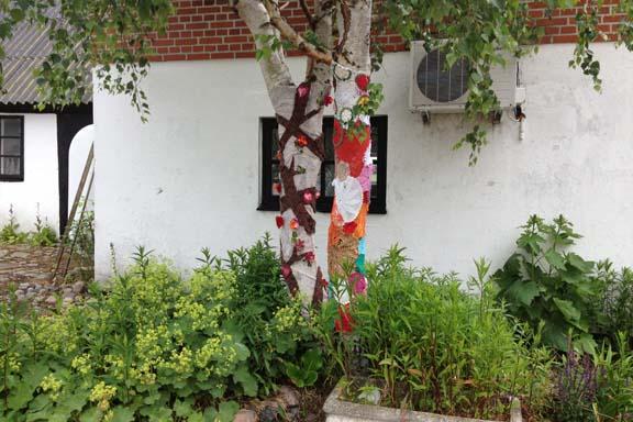 mitkrearum.dk kreativitet 100 yarnbombing på Højgården kærlighedstræ og hæklede mellemstykker