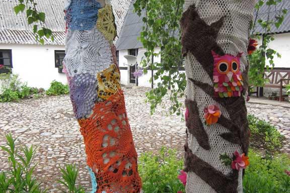 mitkrearum.dk kreativitet 100 yarnbombing på Højgården uglen i kærlighedstræet