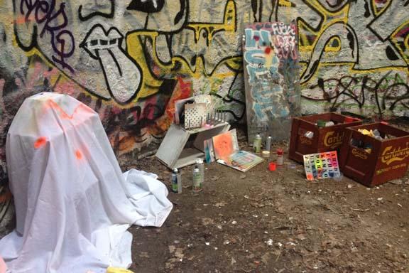 Kunsthøjskolen i Holbæk. Min midlertidige spraylounge i siloen fyldt med stencils og spraydåser. Fotograf: Susanne Randers