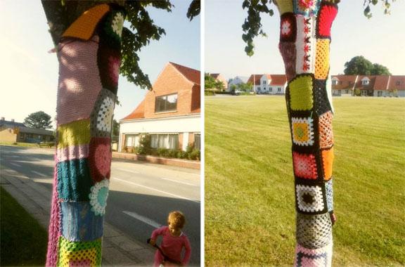 """""""En lap til Læsø"""" yarnbombing af træer i Byrum. Fotograf: Trille Minna Købke Rimmer"""