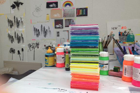 Hvilken farve i regnbuen er du? Bemalede lærredskakler på 15x15 cm. Fotograf: Susanne Randers