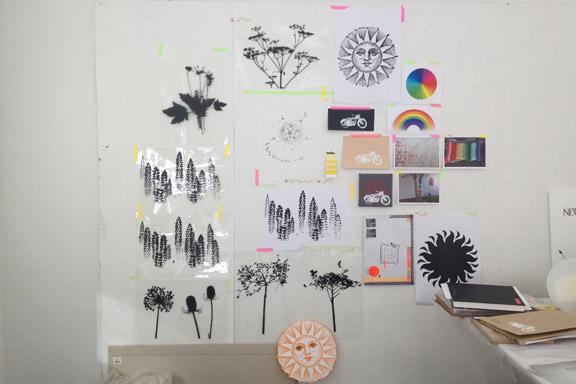 Mit moodboard på væggen i serigrafiværkstedet på Kunsthøjskolen i Holbæk. Fotograf: Susanne Randers