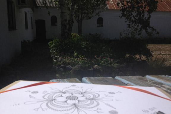 Dagens doodle tegnet i solskinnet midt i gården. Fotograf: Susanne Randers