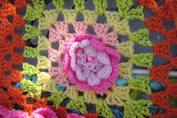 En skøn hæklet lap med blomst i midten. Stickkontakt yarnbombing Walk this Way 2011. Fotograf: Susanne Randers