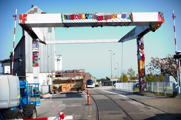 """Broen på Køge havn i gang med at blive pakket ind i strik til """"Walk this Way"""" i 2011. Fotograf: Claus Preis"""