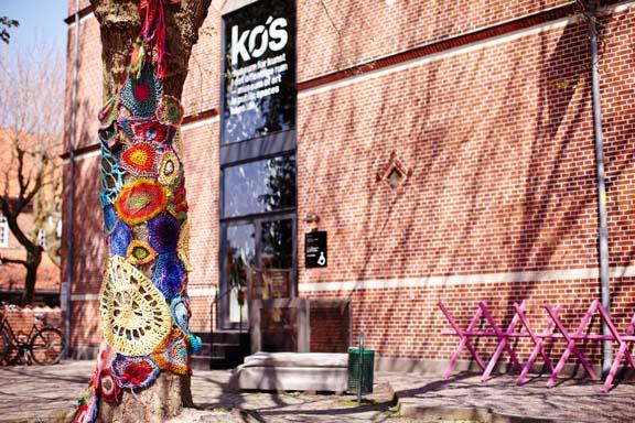 Yarnbombing på træ ved KØS til Walk this Way. Fotograf: Claus Preis
