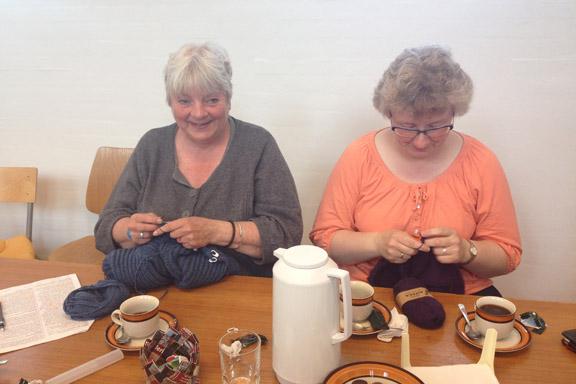To af strikkedamerne i Læsø strikkeklub. Fotograf: Susanne Randers