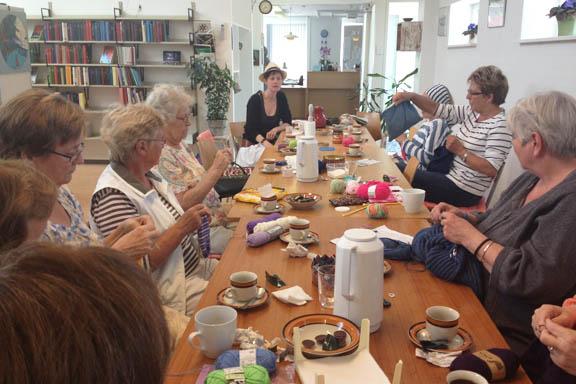 Fantastisk stemning i strikke cafeen på Læsø, som mødes torsdage i Østerby Servicecenter. Fotograf: Susanne Randers