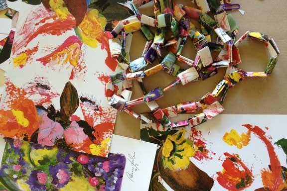 Smukke postkort forvandlet til halskæder, sat sammen med papirclips. Fotograf: Susanne Randers