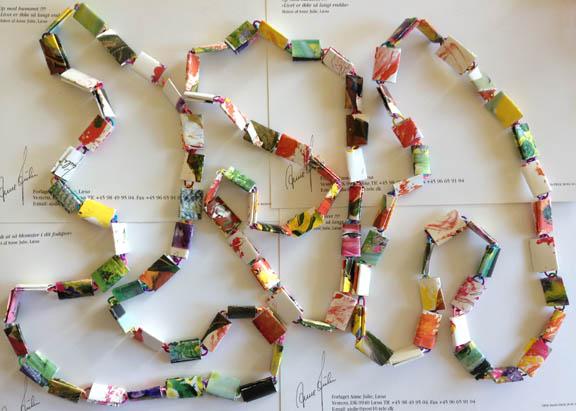 Tre færdige halskæder af papirclips og postkort. Fotograf: Susanne Randers