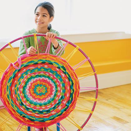 Hula hop mandala lånt fra http://spoonful.com/crafts/hula-hoop-rug