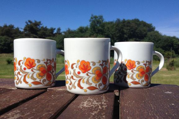 Retro kaffekopper fra Brazil i orange og brun