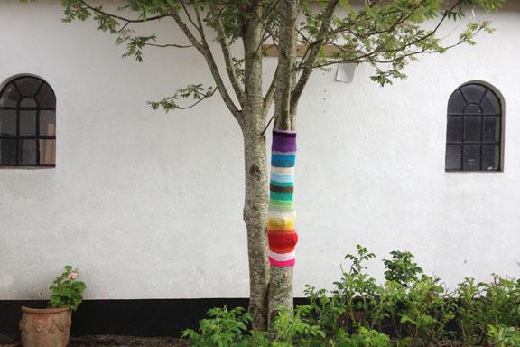 Yarnbombing lige efter mit hjerte - i alle regnbuens farver. Fotograf: Susanne Randers