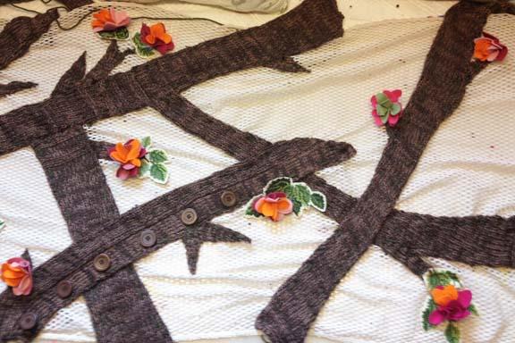 mitkrearum.dk kreativitet 98 yarnbombing kærlighedstræ filtblomster og broderede blade øverst