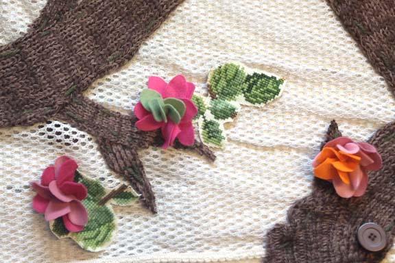 mitkrearum.dk kreativitet 98 yarnbombing kærlighedstræ filtblomster og broderede blade close up