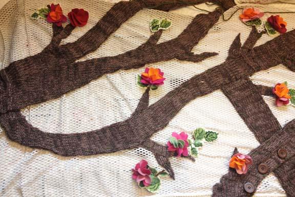 mitkrearum.dk kreativitet 98 yarnbombing kærlighedstræ filtblomster og broderede blade