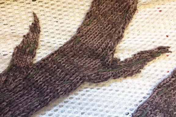 mitkrearum.dk kreativitet 98 yarnbombing kærlighedstræ gren udsnit close up