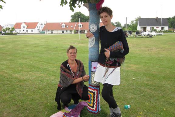 mitkrearum.dk kreativitet 99 yarnbombing en lap til læsø ophængning Byrum Susanne og Trille