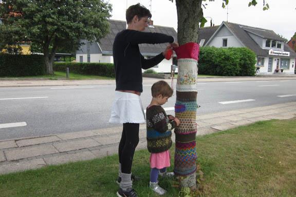 mitkrearum.dk kreativitet 99 yarnbombing en lap til læsø ophængning Byrum Trille og datter