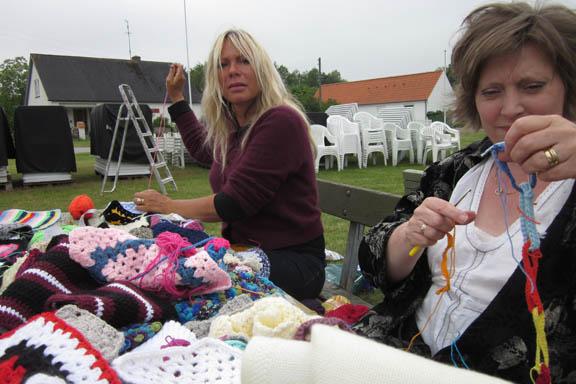 mitkrearum.dk kreativitet 99 yarnbombing en lap til læsø ophængning Byrum Yvonne og Irene