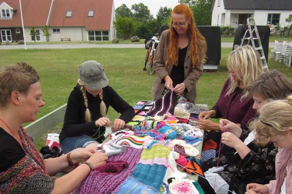 mitkrearum.dk kreativitet 99 yarnbombing en lap til læsø ophængning Byrum dyb koncentration omkring bordet
