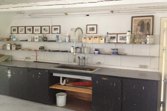 Grafikværkstedet på Kunsthøjskolen i Holbæk. Køkken med flotte tryk på væggen. Fotograf: Susanne Randers