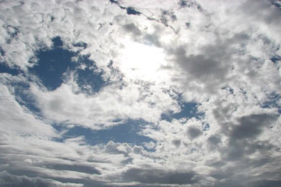 En smuk himmel hvor sol og skyer leger sammen. Fotograf: Susanne Randers