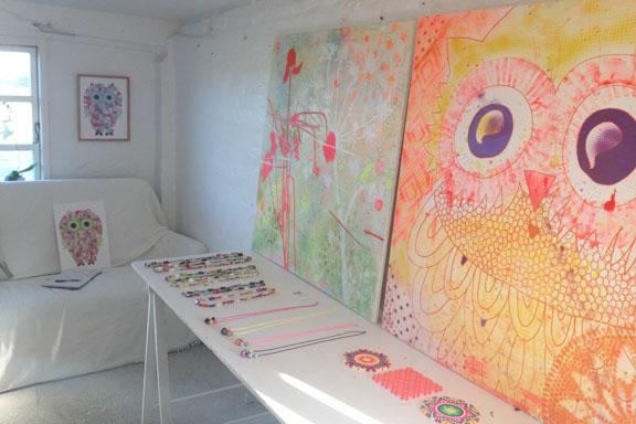 Der er SÅ hyggeligt i mit krearum hos Galleri Anne Julie på Læsø. Fotograf: Susanne Randers