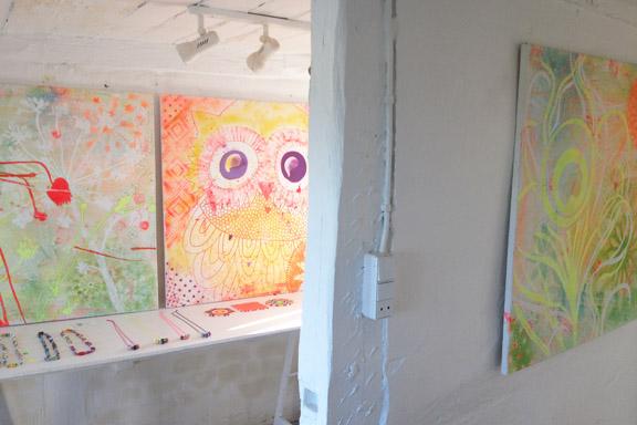 Mit krearum hos Galleri Anne Julie. Med farvestrålende malerier, smykker, collager og livskunst. Fotograf: Susanne Randers