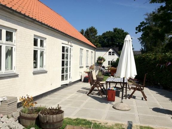 Vores dejlige hus og terasse, som vi lagde sidste sommer. Fotograf: Susanne Randers