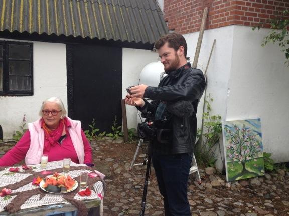 """""""Læsø kalder"""" klar til optagelse på Højgården - Anne Julie og fotograf Andreas. Fotograf: Susanne Randers"""