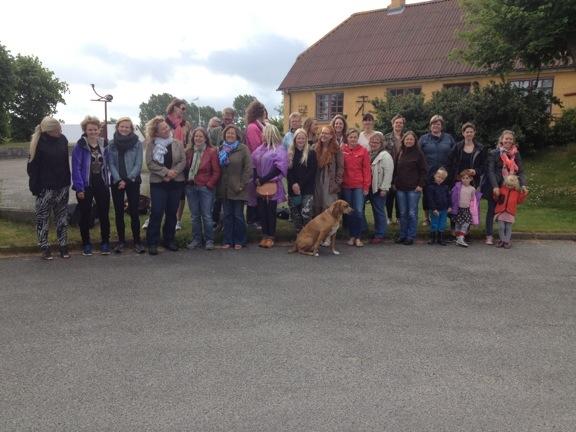 """Gruppebillede af de 40 kvinder i """"Læsø kalder"""""""