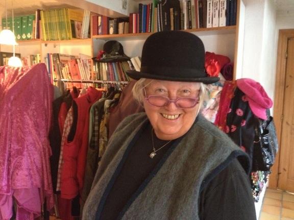 Min værtinde pibemager Anne Julie med en af hendes mange skønne hatte og farverige briller. Fotograf: Susanne Randers