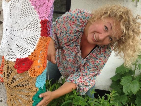Jægerpigen, Louise, hjælper med at sy hæklede mellemstykker fast på kærlighedstræet. Fotograf: Susanne Randers