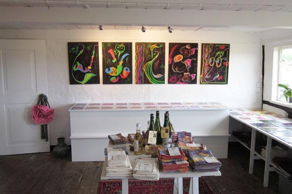 mitkrearum.dk kreativitet 112 galleri anne julie piber malerier og livskunst på læsø sorte tavler set fra døren