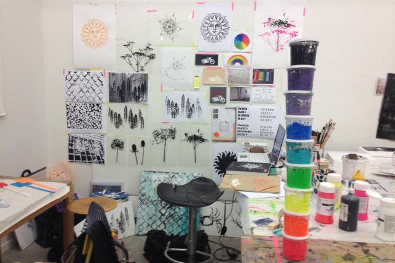 Mit arbejdshjørne med regnbuefarvet maling på Kunsthøjskolen i Holbæk. Fotograf: Susanne Randers