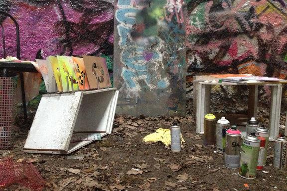 Stilleben med spraydåser og stencils fra min spraylounge på Kunsthøjskolen i Holbæk. Fotograf: Susanne Randers