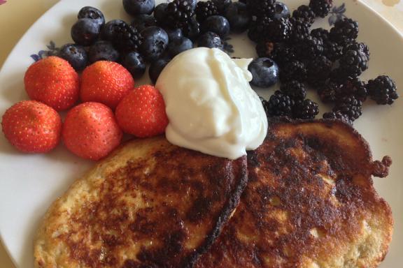 Stenalderkost [palæo] bananpandekager med jordbær, blåbær, brombær og græsk yoghurt. Mums! Fotograf: Susanne Randers