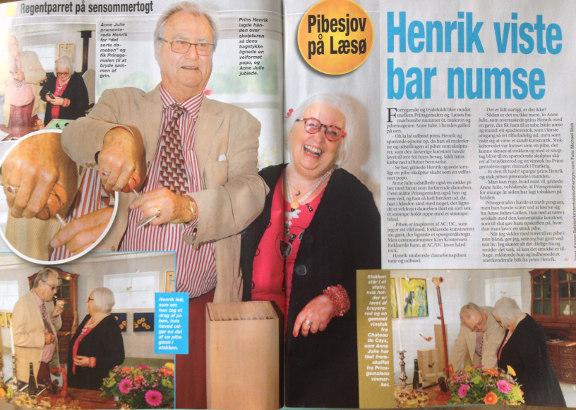 Foto af artikel i Her og Nu 11/09 2013 om royalt besøg på Læsø af prins Henrik hos Galleri Anne Julie. Artiklen er skrevet af Kirsten Balslev med fotos af Michael Stub