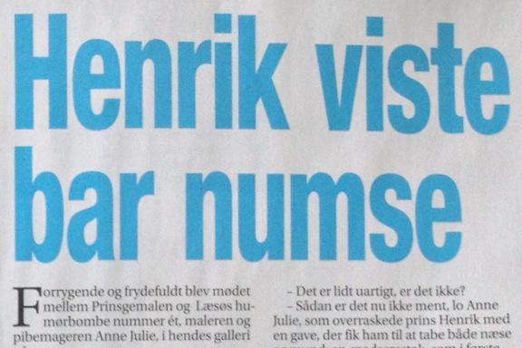 Foto af overskrift i Her og Nu 11/09 2013 om royalt besøg på af prins Henrik hos Galleri Anne Julie. Artiklen er skrevet af Kirsten Balslev med fotos af Michael Stub
