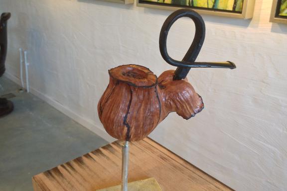 Galleri Anne Julie klar til besøg af prins Henrik - Peace Pipes pibeskulptur fra siden