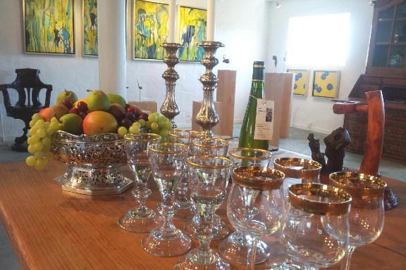 Opdækket bord på Galleri Anne Julie klar til besøg af prins Henrik - smukke antikke vinglas