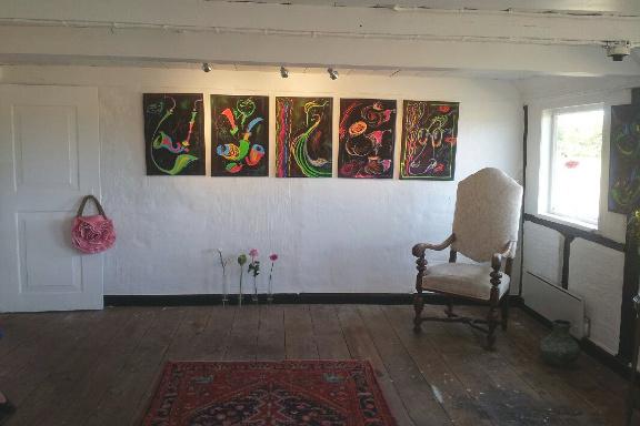 Galleri Anne Julie klar til besøg af prins Henrik - forstuen med sorte pibetryk