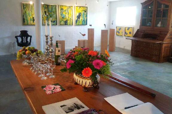 Opdækket bord på Galleri Anne Julie klar til besøg af prins Henrik - gæstebogen ligger klar