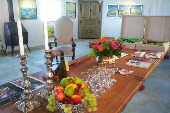 Opdækket bord på Galleri Anne Julie klar til besøg af prins Henrik