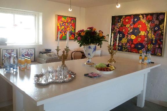 """Opdækket bord på Galleri Anne Julie klar til besøg af prins Henrik - opdækning til """"pøblen"""""""