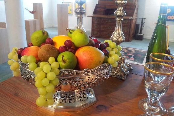 Opdækket bord på Galleri Anne Julie klar til besøg af prins Henrik - et frugtfad som er en prins værdig