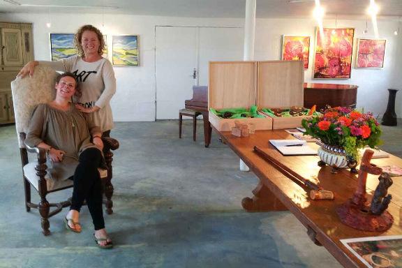 Galleri Anne Julie klar til besøg af prins Henrik - Louise stående og jeg siddende i kongestolen