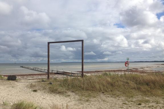 Køge strand ved kysten og strandengen - med flotte dramatiske skyer på himlen. Fotograf: Susanne Randers